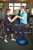 Balancierende Übungen in der Gymnastik Stockbild