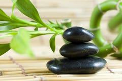 Balancierende Kiesel mit Bambus Lizenzfreie Stockfotos