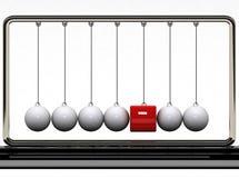 Balancierende Kugeln und roter Kasten Stockfotografie