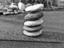 Balancierende Steine - Schwarzweiss Lizenzfreies Stockbild