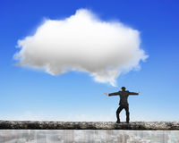 Balancierendes Drahtseil des Geschäftsmannes mit weißer Wolke Lizenzfreie Stockfotos