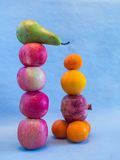 Balancierendes Fruchtstillleben Stockfotos