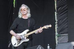 Balancim grisalho velho com guitarra-baixo foto de stock royalty free