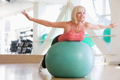 balancing ball swiss woman Στοκ φωτογραφία με δικαίωμα ελεύθερης χρήσης