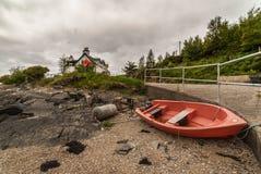Balandro rojo en la orilla del lago oleocalcárea, Escocia Imágenes de archivo libres de regalías