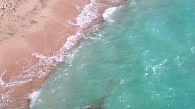 Balangan海滩美好的沙子由泡沫似的海浪洗涤 顶视图 股票视频