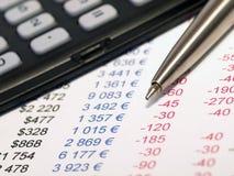 Balans met pen en calculator Royalty-vrije Stock Afbeelding