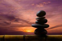 Balansera begreppet between av liv och arbeta gåva vid naturlig zen Arkivbild