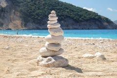 Balansera flera av stenar på kuststranden Arkivbilder