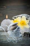 Balansera kiselstenstenar och gulingblommor Arkivbilder