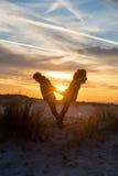 Balansera på solnedgången Royaltyfri Foto