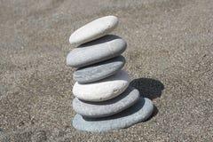 balansera pebbles Arkivfoton