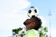 Balansera Soccerball på huvudet Royaltyfri Fotografi