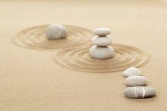 Balansera zenstenar i sand Royaltyfri Foto