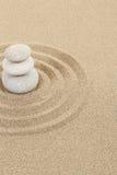 Balansera zenstenen i sand med cirklar Royaltyfri Bild