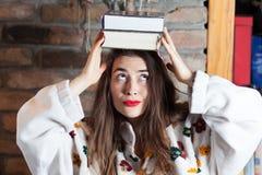 Balansować książki na jej głowie zdjęcie royalty free
