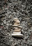Balansować skały na ścianie Obraz Royalty Free