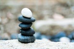 Balansowa kamienna sterta różnica, zawsze stawiający dalej i znakomity wierzchołek, kamień, równowaga, skała, pokojowy pojęcie obraz royalty free