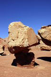 Balansować rockowy na malutkim piedestale Zdjęcie Royalty Free