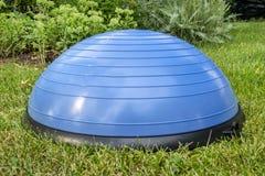 Balansowa stażowa piłka na zielonej trawie Fotografia Stock