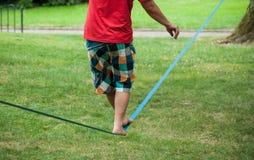 Balansowanie na linie piechura miękka patka w miastowym parku zdjęcia royalty free
