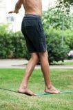 Balansowanie na linie piechura miękka patka w miastowym parku zdjęcia stock