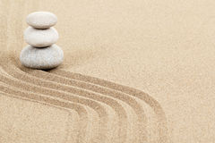 Balansowi zen kamienie w piasku Zdjęcia Royalty Free
