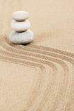 Balansowi zen kamienie w piasku Zdjęcie Royalty Free