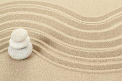 Balansowi zen kamienie w piasku Zdjęcia Stock