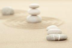 Balansowi zen kamienie w piasku Obraz Stock