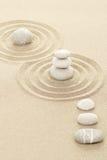 Balansowi zen kamienie w piasku Obraz Royalty Free