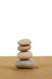 Balansowi zen kamienie w piasku na bielu Zdjęcie Royalty Free