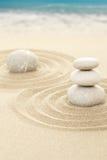 Balansowi zen kamienie w piasku z morzem Obrazy Royalty Free