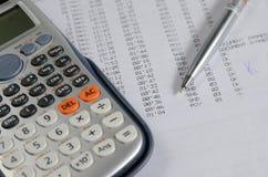 balansowy biznesowy kalkulator sporządzać mapę biurek szkła Zdjęcia Royalty Free