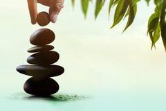 Balansowy pojęcie pośrodku życie i praca teraźniejsi ręki położeniem Obrazy Stock