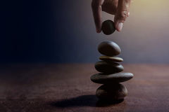 Balansowy pojęcie pośrodku życie i praca teraźniejsi ręki położeniem Zdjęcie Royalty Free