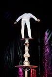 balansuje cyrkowego ekwilibrysty zręcznie Zdjęcie Royalty Free