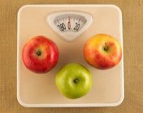 Balanza con las manzanas Imagen de archivo