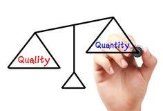 Balanza de la calidad y de la cantidad foto de archivo