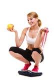 Balanza de la mujer feliz Adelgazar pérdida de peso imágenes de archivo libres de regalías