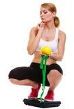 Balanza de la mujer infeliz Pérdida de peso de la dieta Foto de archivo libre de regalías