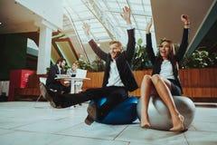 Balanza de la mujer y del hombre en bola en oficina imagenes de archivo