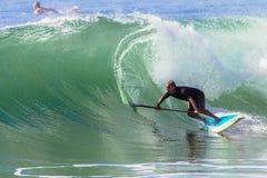 Balanza de la onda del montar a caballo del SORBO de la persona que practica surf Foto de archivo libre de regalías