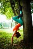 Balanza de la práctica de la mujer joven al aire libre Imagen de archivo