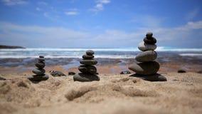 Balanza de las piedras en la playa Cielo azul Paisaje pintoresco del mar Tenerife Océano Ondas del mar metrajes