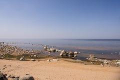 Balanza de las piedras en la playa El lugar en costas letonas llam? los klintis de Veczemju fotos de archivo