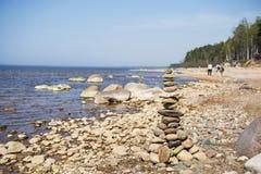 Balanza de las piedras en la playa El lugar en costas letonas llam? los klintis de Veczemju fotografía de archivo