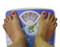 Balanza de Person Measuring Body Weight On, aislada en un wh Imagen de archivo libre de regalías