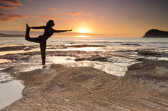 Balanza de rey Dancer Pose de la yoga por el mar fotografía de archivo