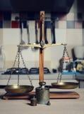 Balanza del vintage con la escala retra del peso Foto de archivo